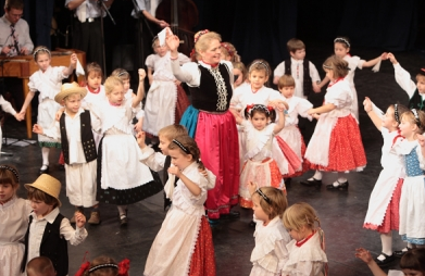Kids with Star Eyed Folk Dance Ensemble (Csillagszemű Táncegyüttes)